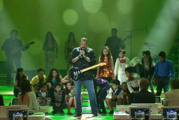 El encargado de abrir el show, fue el cantante Pepe Aguilar, quien cantó...