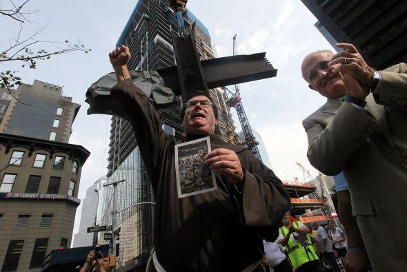 40. Una cruz gigante de hierro  Una cruz gigante fue trasladada al memor...