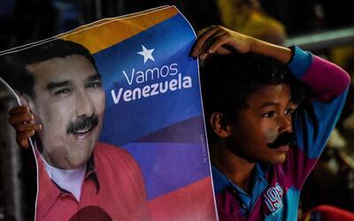 Un niño celebra la victoria de Maduro en unas cuestionadas elecci...