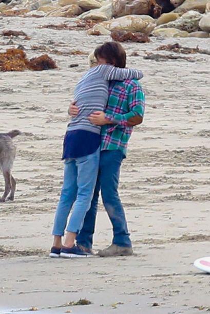 Mientras Jackson, el hijo de Charlize, disfrutaba de la playa, ellos se...