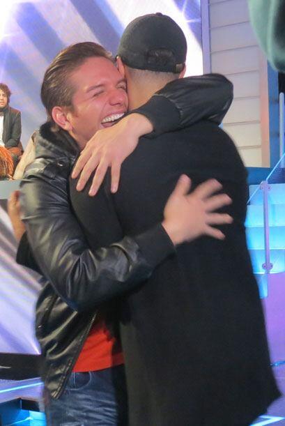 ¡Cuánto cariño! El Dasa y Jencarlos se abrazan muy felices.