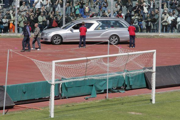 El vehículo dio dos vueltas a la pista de atletismo que bordea el césped...