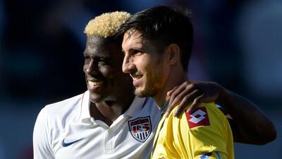 Gyasi Zardes y Jaime Penedo en un amistoso de selecciones