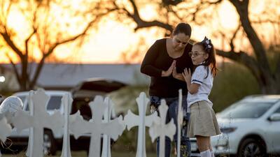Meredith Cooper y su hija Heather visitan un memorial en Sutherland Spri...