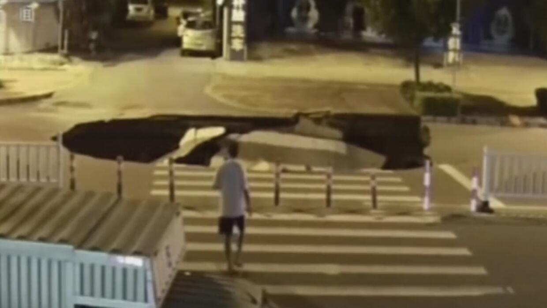 Motociclista distraído por el celular resultó tragado por la tierra en C...