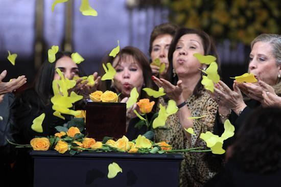 Admiradoras del escritor colombiano Gabriel García Márquez soplan maripo...