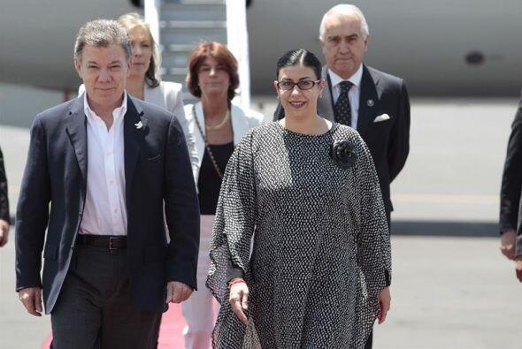 El vuelo en el que viajó el mandatario colombiano llegó al hangar presid...
