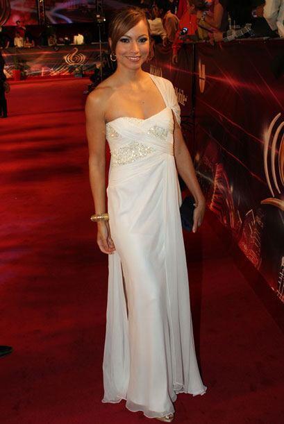 Excelente Satcha Pretto con este vestido blanco, y su elección de acceso...
