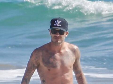 Encontramos a David Beckham disfrutando de las playas de Malibú.