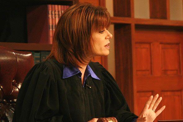 La jueza Cristina Pereyra escucha con atención a los abogados de cada pa...