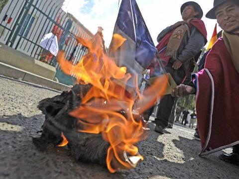 Un centenar de manifestantes atacaron el miércoles con piedras la...