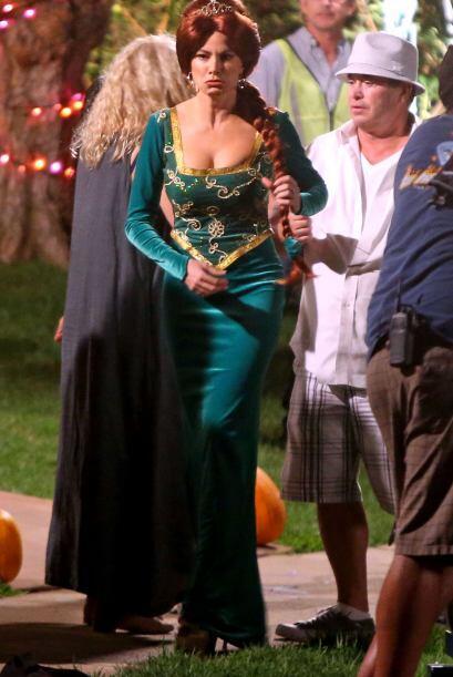 La actriz por momentos no parecía estar muy a gusto con el atuendo.