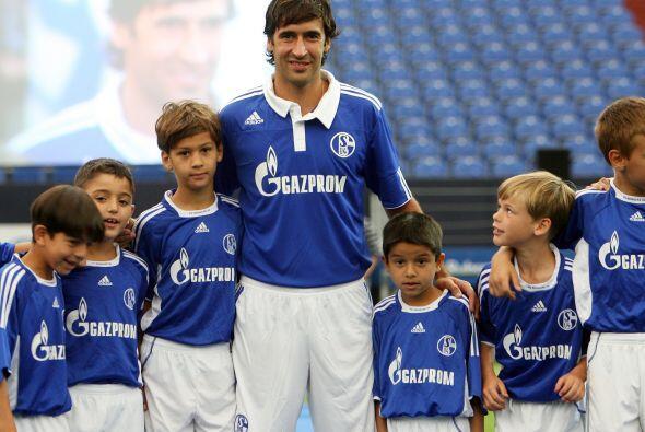 El Schalke 04 alemán apostó por el astro español Raúl como su carta de p...
