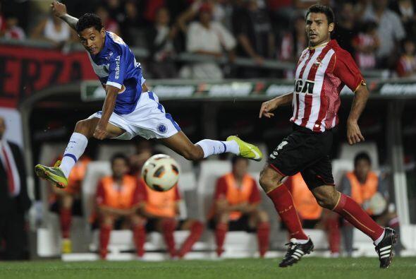 Imagen de gol, imagen del delantero, Wallyson le pega al balón y Cruzeir...