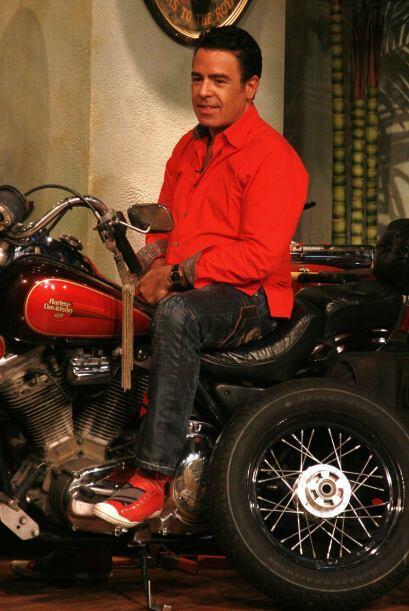 Gabriel se montó a una motocicleta y presumió su lado salvaje