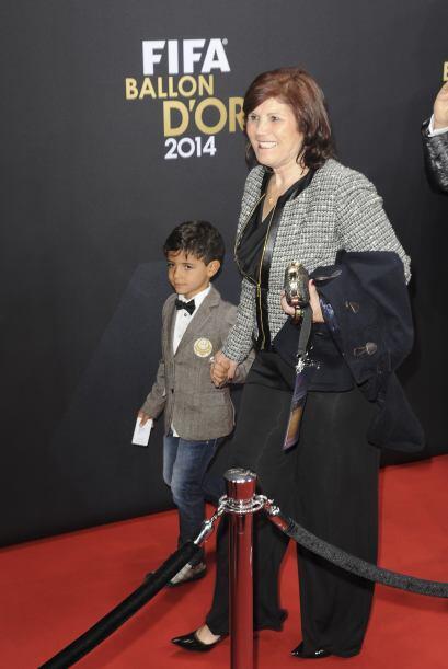 Aquí el hijo y la mamá del astro del fútbol lo acompañaron en la gala.