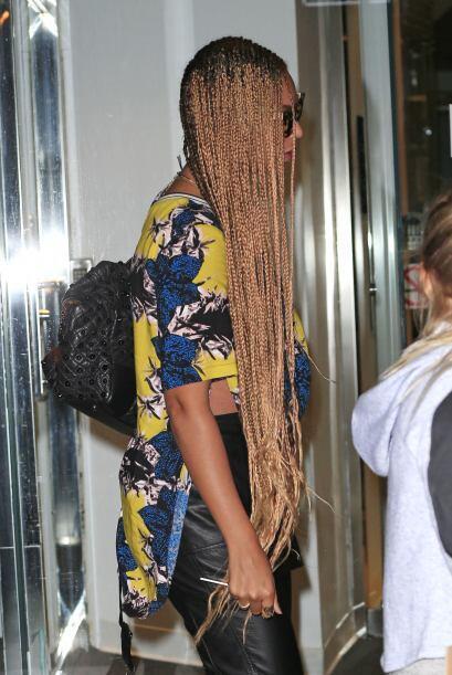 Luce unas trenzas africanas con sólo peinarlas de lado de la misma forma...