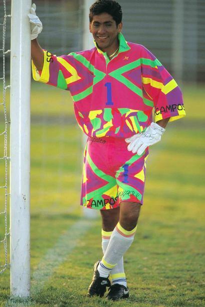 El portero es Jorge Campos con sus suéteres multicolores e insignia de l...