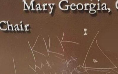Buscan a vándalos que escribieron mensajes racistas en una placa conmemo...