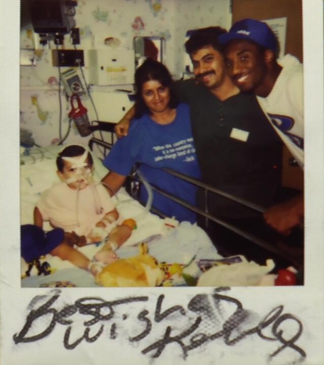 Kobe Bryant visita a Christopher León y su familia en el hospital infantil