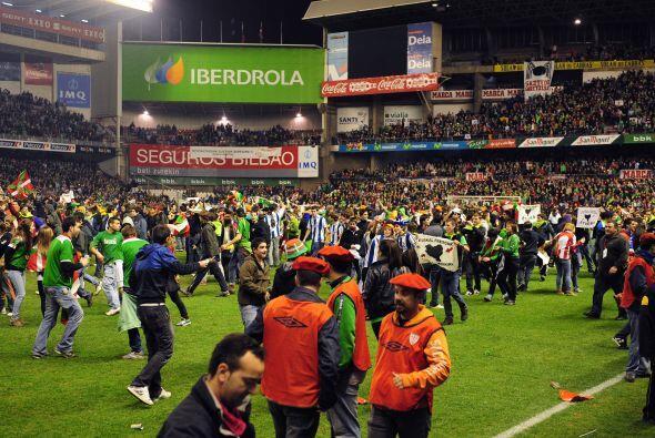 La alegría por la victoria provocó que los aficionados invadieran el cam...