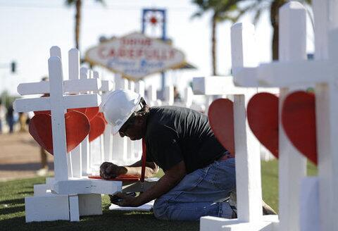 El jueves por la tarde, Greg Zanis llegó a Las Vegas las cruces de la ví...