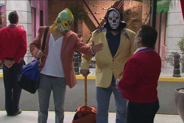 Lucas intentó ser amable al cargar las maletas de La Parka y La Solitari...