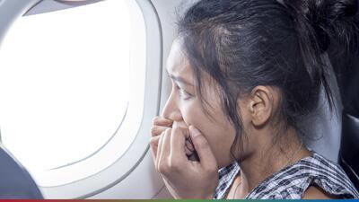 ¿Dónde debes sentarte al viajar por avión para evitar accidentes?