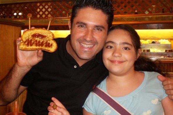 Como padre e hija, se divierten tanto que hasta en la hora de comer busc...