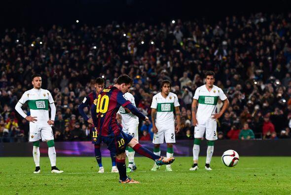 Messi  cobró una pena máxima con tranquilidad y colocó su nombre en los...
