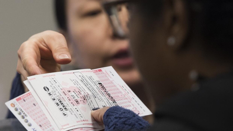 Una mujer compra un boleto de Powerball en imagen de archivo.