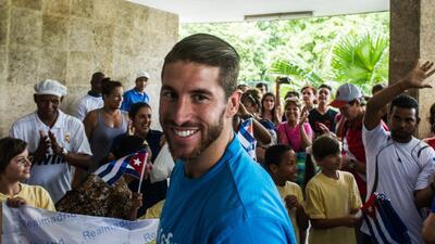 El defensa del Real Madrid visitó la isla como embajador de la Unicef.