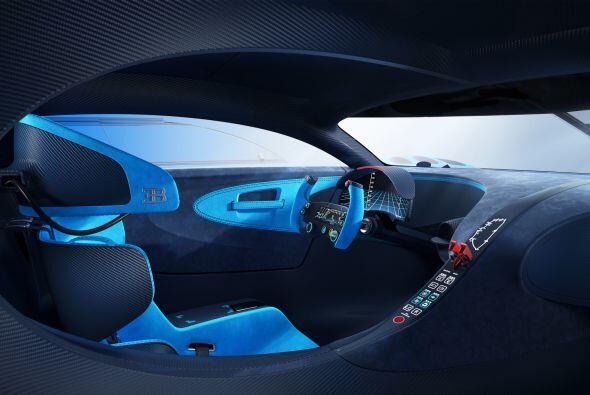 El interior, muestra una configuración puramente de competición reflejad...