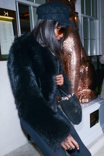 Naomi salió del exclusivo restaurante '34' de Londres con enormes gafas....