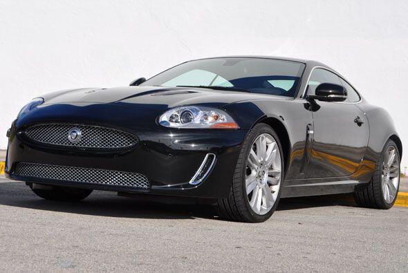 El precio base de este Jaguar XK que s una maravilla inglesa es de $102,...