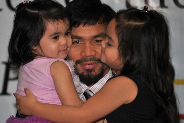 Manny Pacquiao llegó a Filipinas, luego de su contundente triunfo sobre...