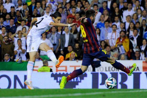 El 'Fideo' recibió un pase largo de Karim Benzema y aprovechó la débil m...