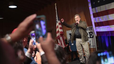 Bannon durante un evento de campaña este lunes en Alabama a favor...