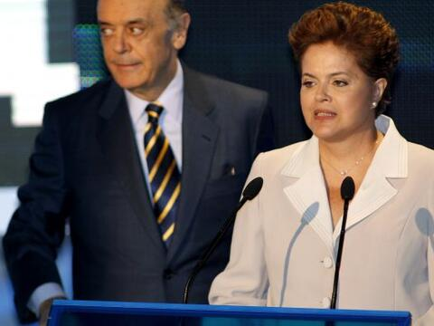 La candidata oficialista brasileña Dilma Rousseff y el opositor J...
