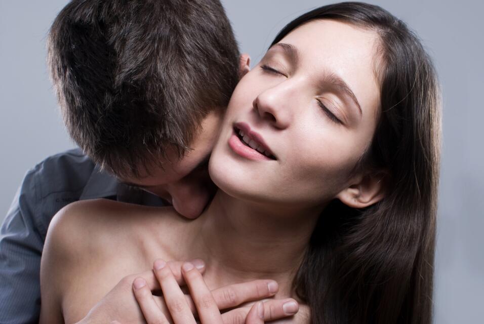 Tómalo con suavidad y cambia el ritmo, empieza por caricias y besos en e...