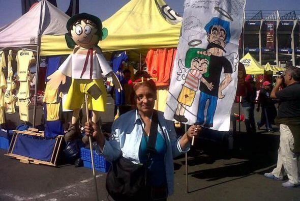 Una fan llegó con una pancarta donde El Chavo se reencuentra con Don Ram...
