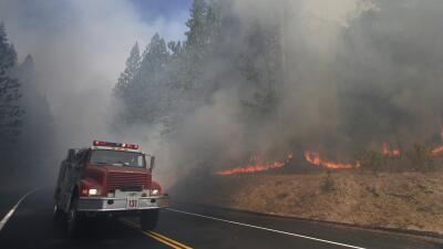 Incendio voraz cerca del Parque Nacional Yosemite sigue creciendo y amenaza viviendas