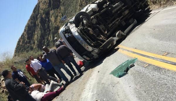 Conductores ayudaron a los lesionados de un accidente sobre la autopista...