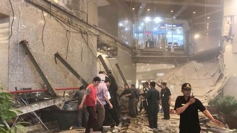 Agentes de seguridad indoensios cerca de las ruinas de una estructura de...