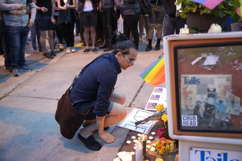 Emotiva vigilia en Lakeview por la masacre en Orlando, cientos de person...