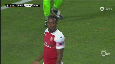 Mala suerte para Wellbeck: su remate iba para gol pero, de casualidad, la desvió un defensa