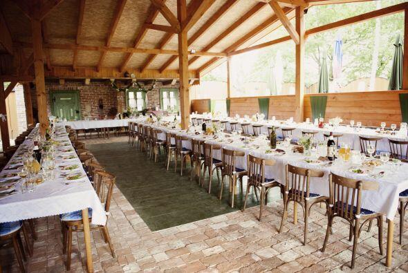 En la recepción abierta lo mejor es colocar mesas tipo imperial con sill...