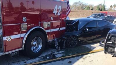 El flamante Tesla Model S color negro sufrió daños importa...