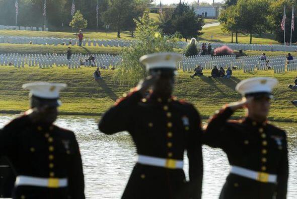 Familias observan desde las orillas del lago cómo un grupo de militares...