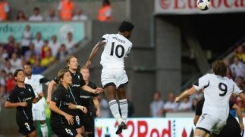 Wilfried Bony del Swansea anota ante el Malmo.